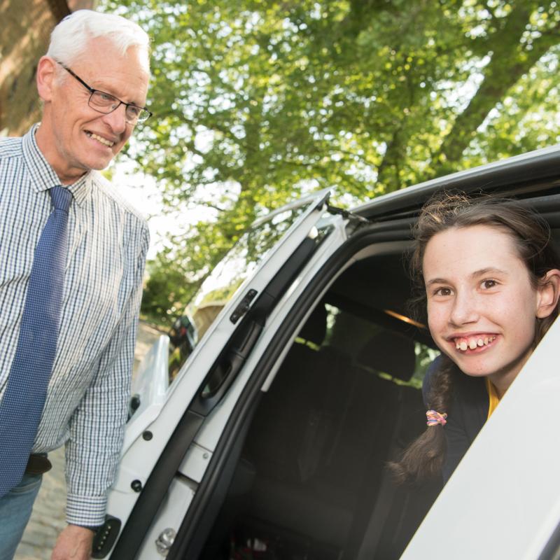Samenspel van kind, chauffeur en ouder